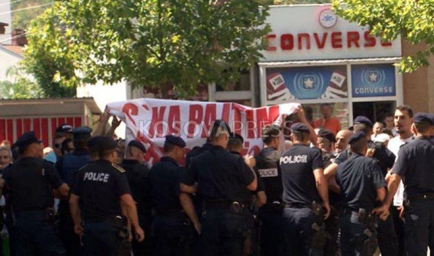 Pelegrinët serbë u pritën në Gjakovë me protesta (FOTO)