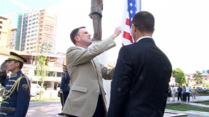 ngritet-flamuri-i-amerikes-ne-sheshin-bill-clinton