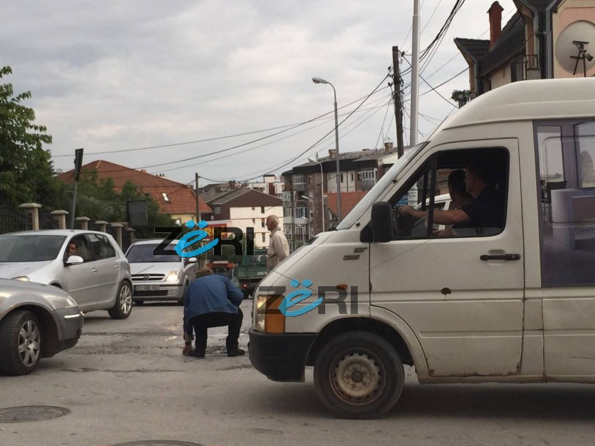 Ambasadori Bosch detyrohet të mbulojë vetë gropat në rrugë (Foto)