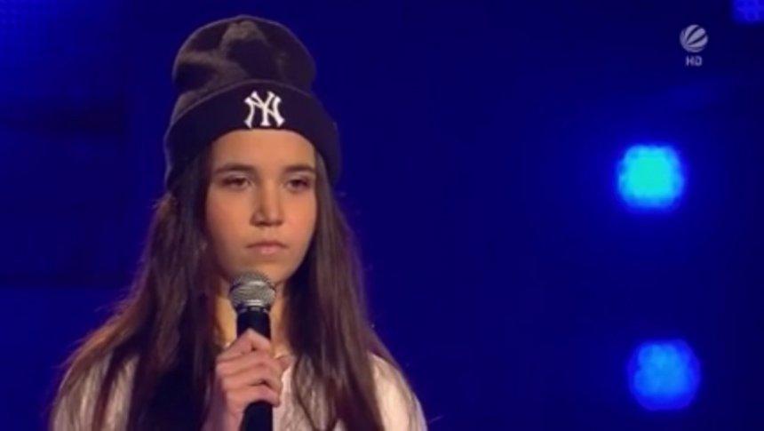Juria me këmbë mbi karrige, po këndon shqiptarja në The Voice Kids of Germany (Video)