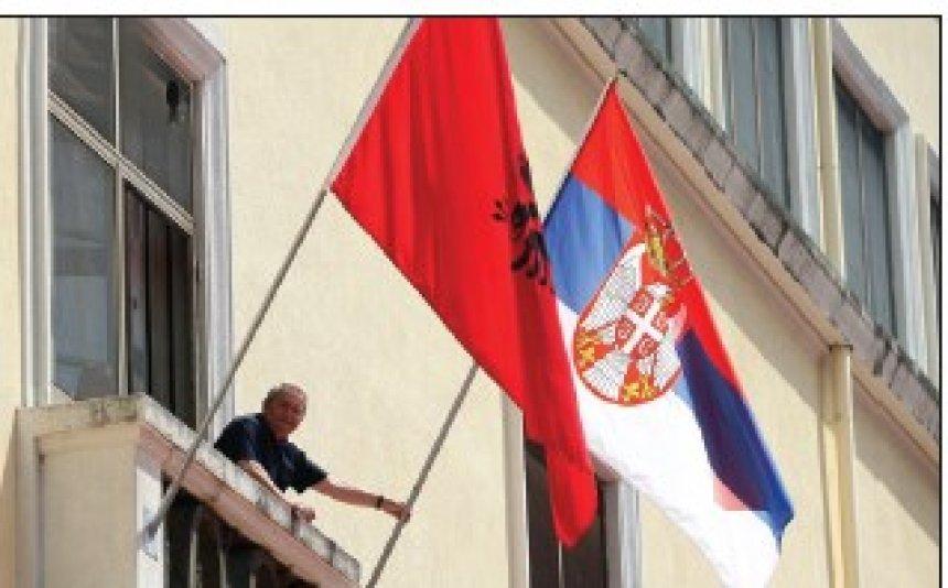 flamuri-qe-rrezikoi-te-fuse-ne-konflikt-shqiptaret-e-serbet