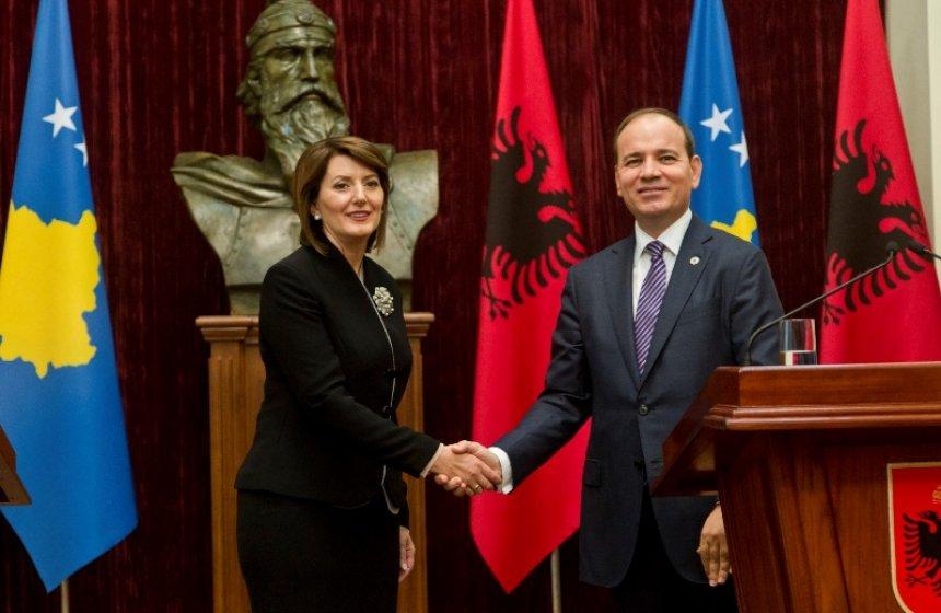 Pas katër vjetësh, zyrtarisht në Shqipëri