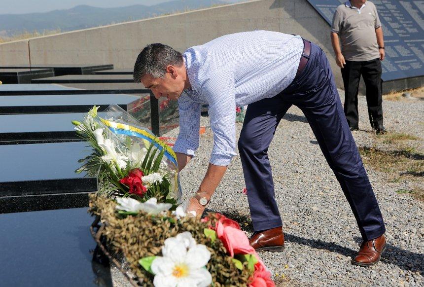 Veseli nderon dëshmorët e Gjilait dhe viziton familje e dëshmorëve (Foto)