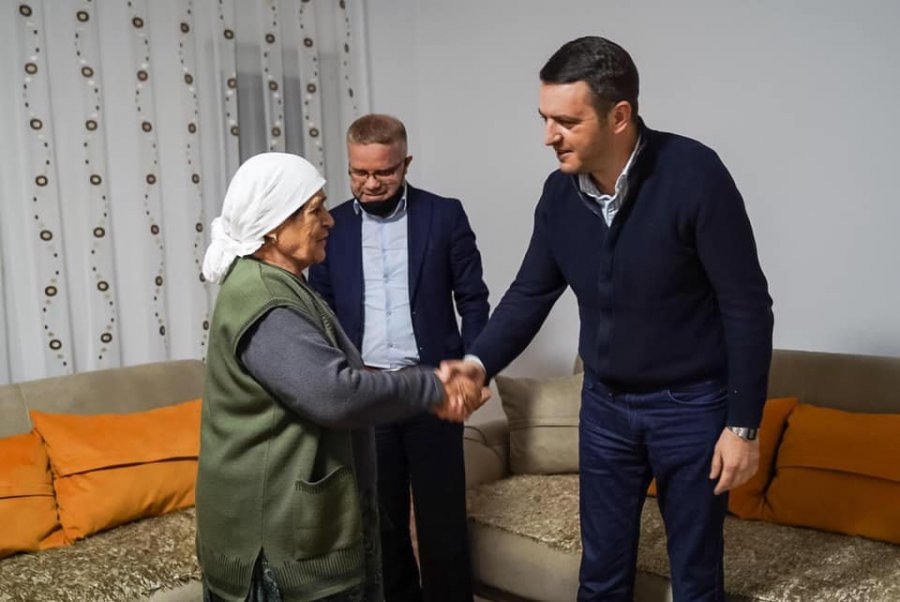 وزیر دادگستری از مادر نایل ، زنی که سه پسرش را در طول جنگ از دست داده و همسرش دیدار می کند