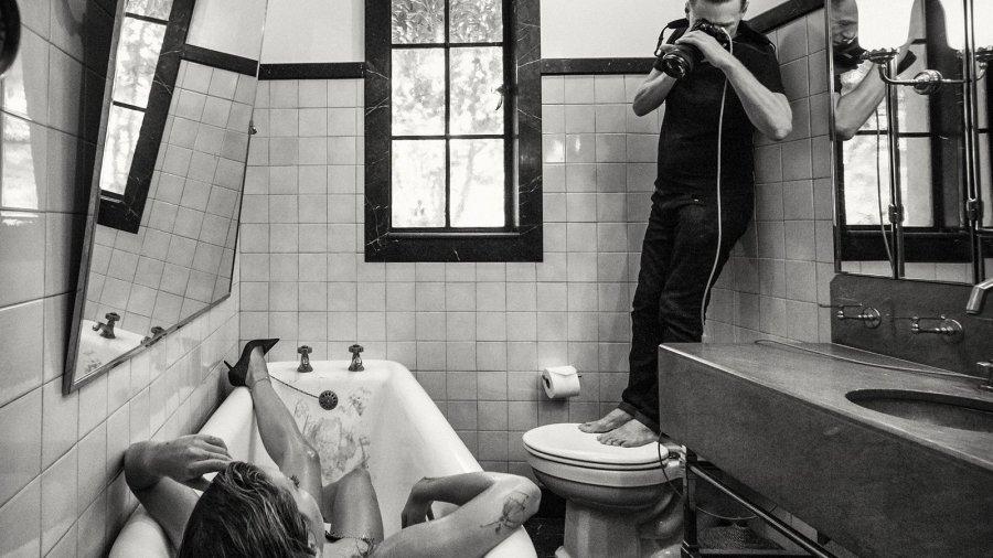 ریتا اورا در میان ستارگانی است که برای تقویم معروف پیرلی عکس می گیرند