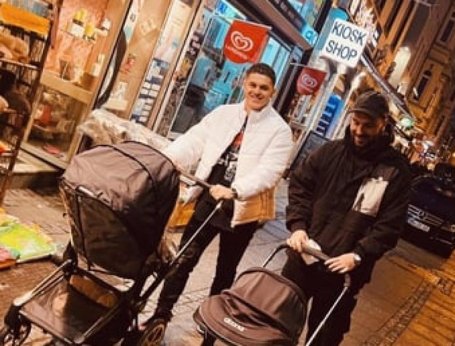 میلوت راشیتسا و لدری ولا با فرزندانشان به پیاده روی می روند