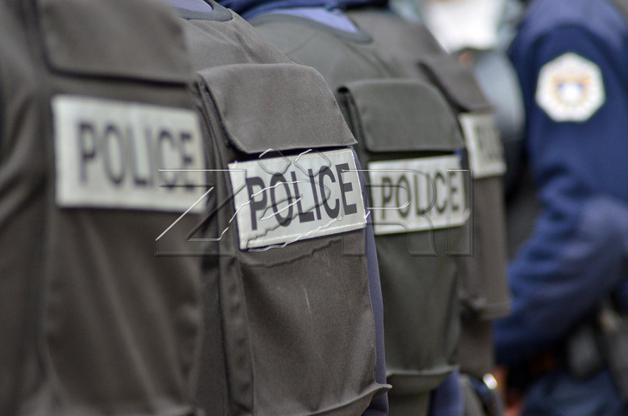 صاحب یک بار خصوصی در پریشتینا در حالت مستی یک افسر پلیس را تهدید می کند