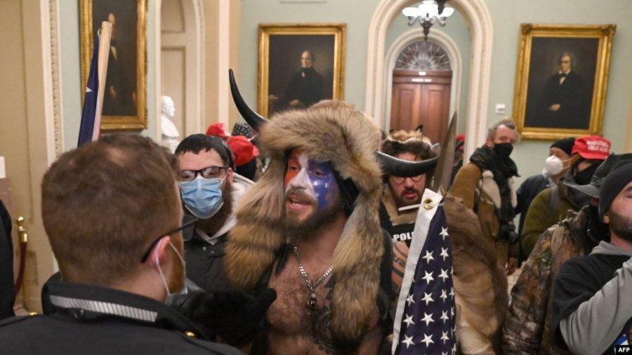 با تشنج در پایتخت ، معترضین به ترامپ وارد ساختمان کنگره می شوند