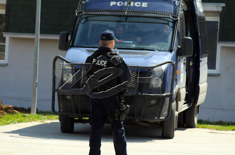 پلیس به کازینوها در جاده پریشتینا - میتروویکا حمله کرد