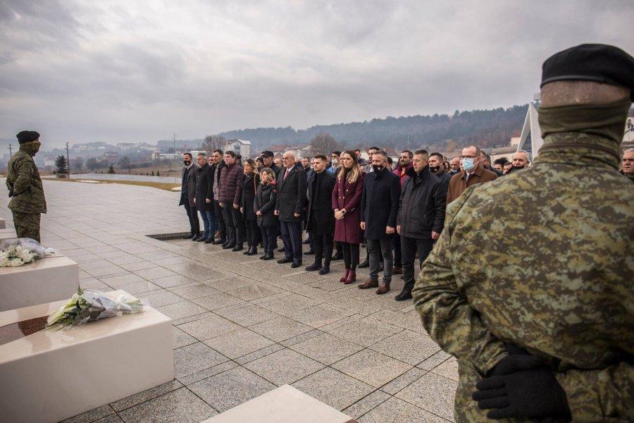 جاشاری در بیست و سومین سالگرد حمله دوم نیروهای صربستان به گورستان خانواده ادای احترام می کند
