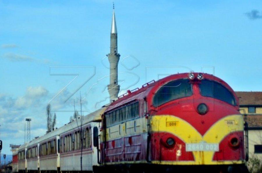 خط قطار پریشتینا - پژا به یک اتومبیل برخورد می کند ، یک نفر زخمی می شود