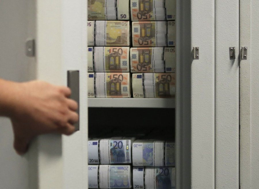 About 100 thousand counterfeit euros are confiscated in Fushë-Kosovë, two people are detained